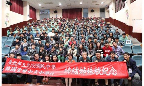 北投國中學生發揮語言能力 導覽日韓學生暢覽學校代表照片