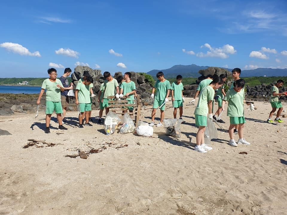 市首見六所國中聯合國際獅子會舉辦海洋教育、環保教育淨灘活動–六校會「獅」淨灘做環保代表照片