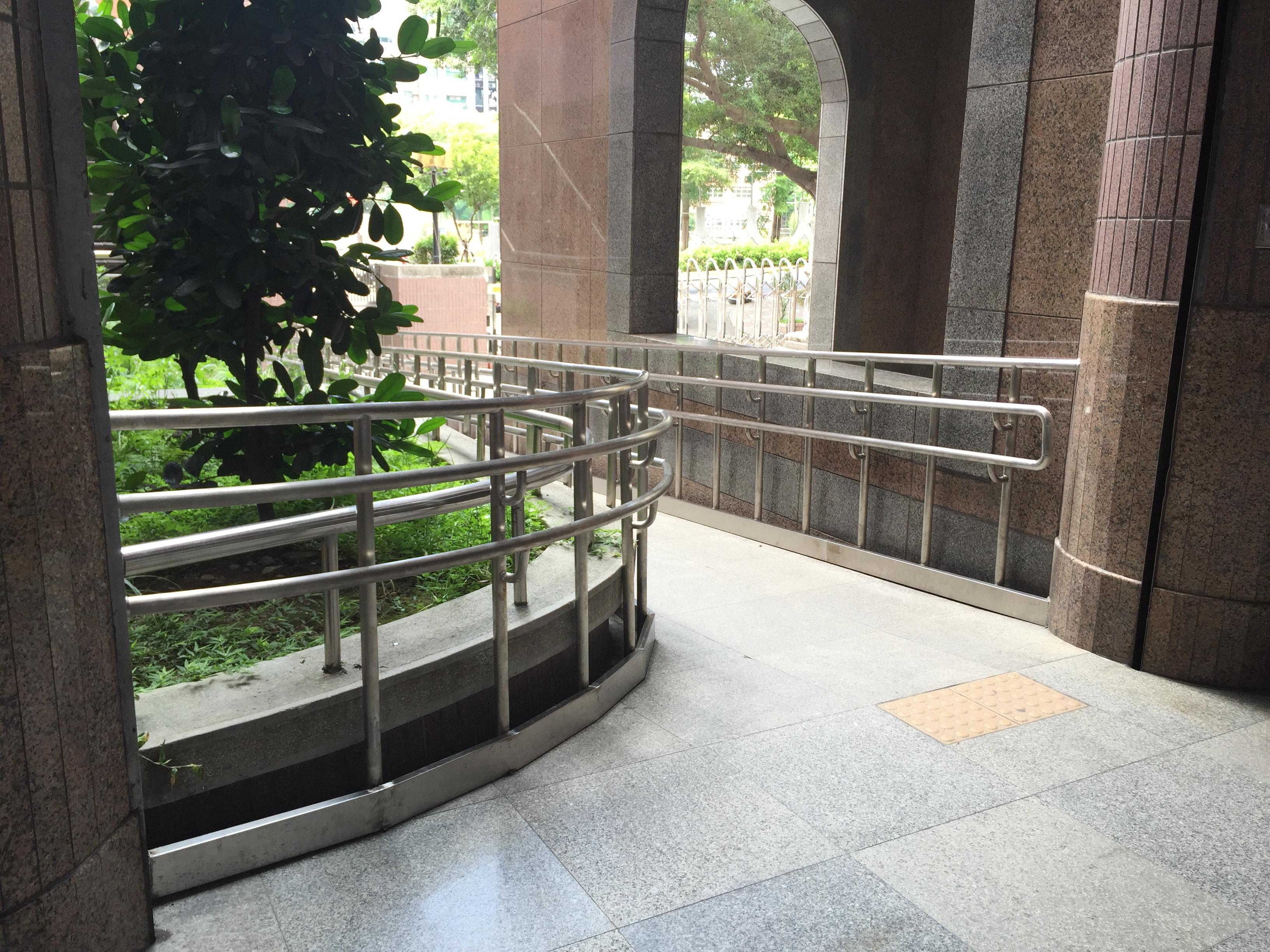 坡道設置安全扶手