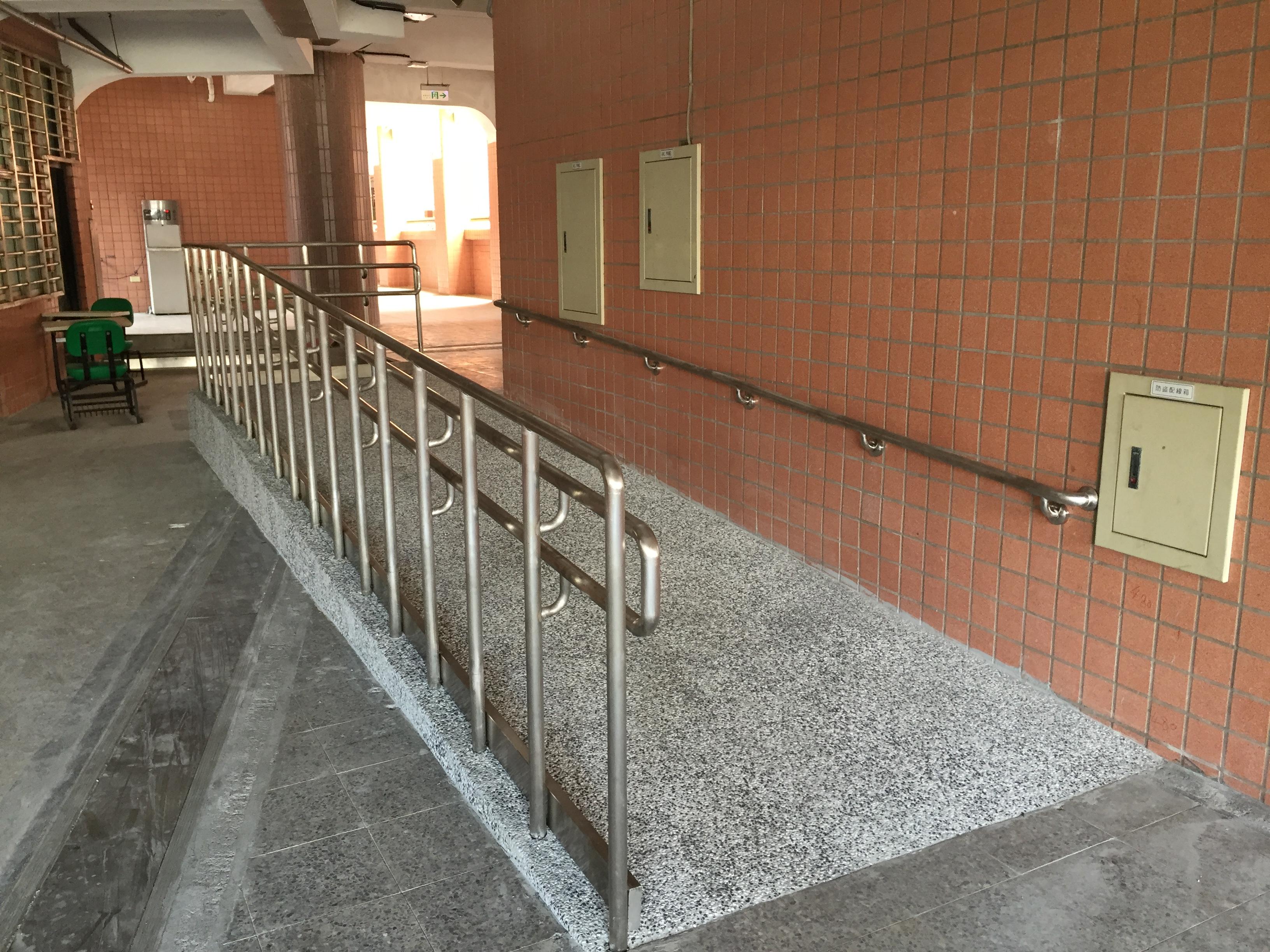 棟距高低差設置無障礙坡道