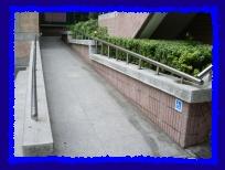 校門入口斜坡<br />(坡度:6.027 度)