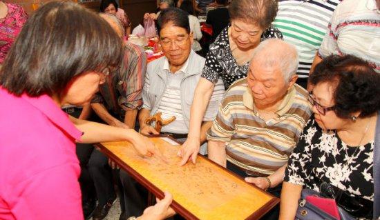 北投國中70歲 校友回娘家種樹代表照片