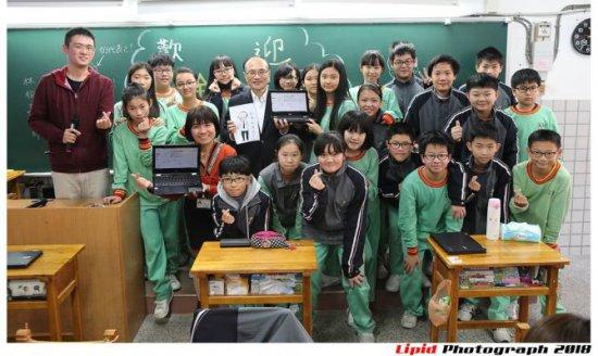數位.線上.讓學習更精采-教育局曾燦金局長與北投學生的一節chromebook數學課代表照片